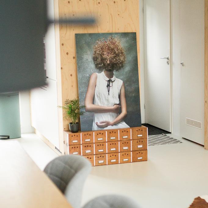 nya-interieurontwerp-monique-roodenburg-fotografie-aan-de-muur-bij
